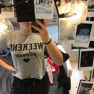 En grå t-shirt från Lindex kids, storlek 146/157. Använt några få gånger, bra skick och material!