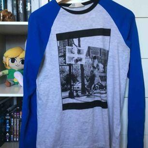 Cool långärmad tröja från H&Ms killavdelning. Endast använd ett fåtal gånger. 🏀🐸 vid frakt betalar köparen frakt (60 kr) 🚨