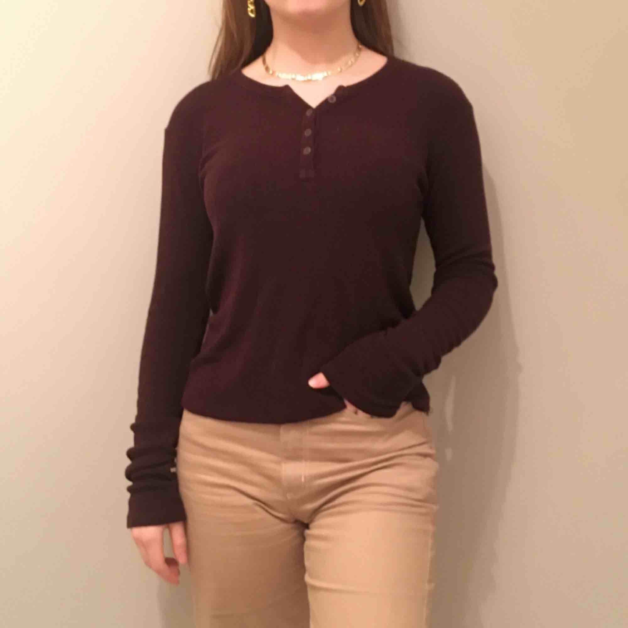 En mörk vinröd tröja från brandy Melville. Väldigt skönt material!! Vi möts gärna upp i Stockholm med om frakt betalar köparen själv. Tröjor & Koftor.
