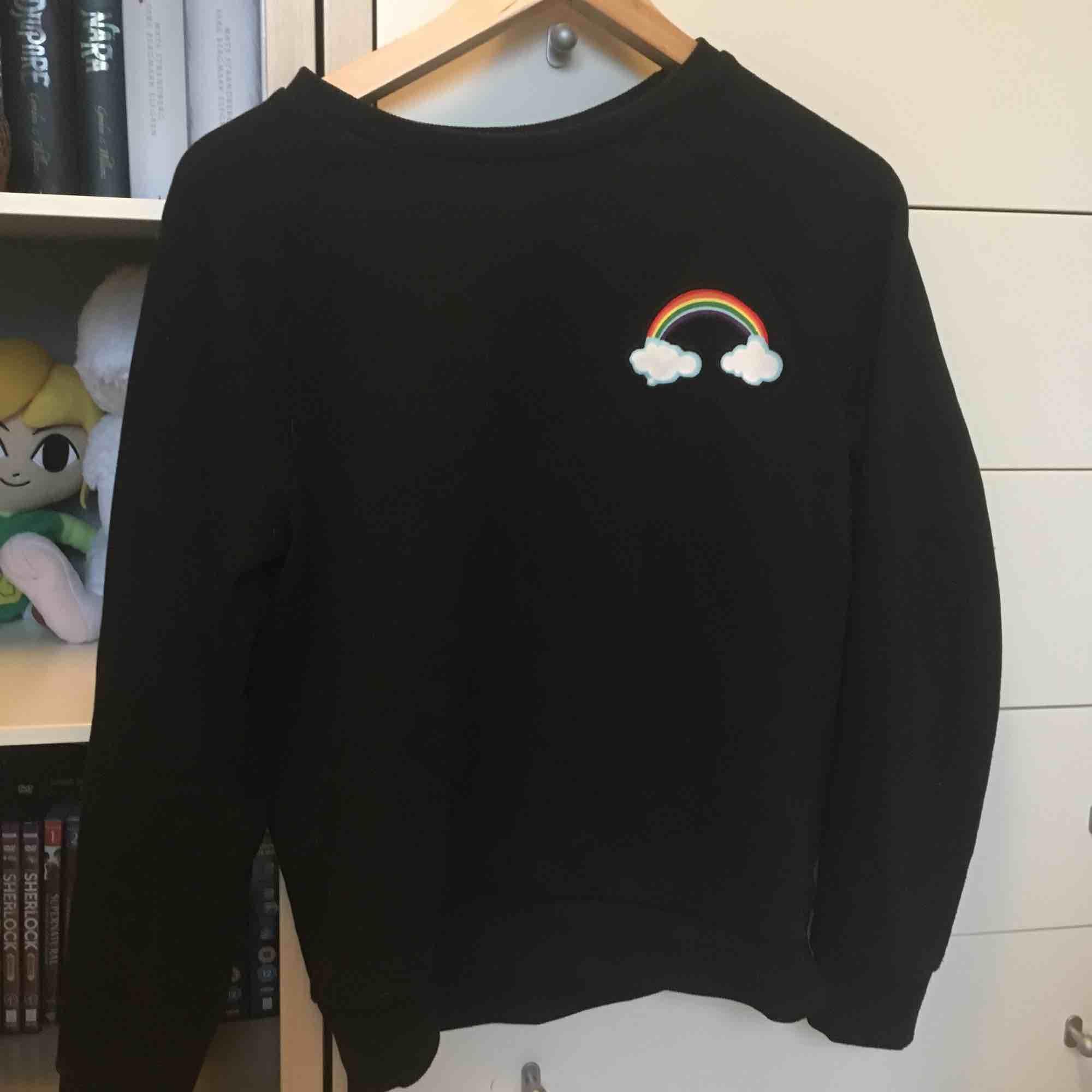 Gullig sweatshirt med regnbåge på från H&M. 🌈  Vid frakt betalar köparen frakten (60 kr) 🚨. Huvtröjor & Träningströjor.