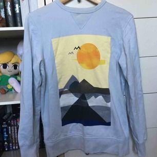 Jättefin sweatshirt med tryck från H&Ms herravdelning i storlek XS. 🌞❄️ Vid frakt betalar köparen frakt (60 kr) 🚨