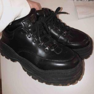 Säljer mina Eytys angel skor då dem inte kommer till användning 😢 lite slitet framme men är annars i bra skick!! Pris kan diskuteras om det snabbaffär
