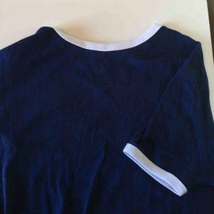 Snygg t-shirt i mjukt material från River Island. Tröjan har vitt runt ärmarna och halsen och resten är mörkblått. 🐳 Vid frakt betalar köparen frakt (60 kr) 🚨