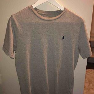 Ralph Lauren tröja grå, självklart äkta Köpt i London på RL butiken Storlek JR Large motsvarar XS/S 150 + frakt (ingår ej)