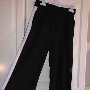 Ett par knappt använda sköna mjukis byxor ifrån h&m  med vita strecks på sidan!