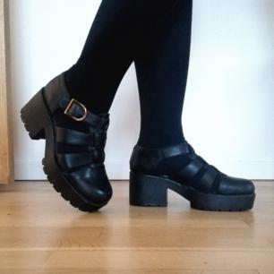 Sandaler med platå från vagabond! Modellen heter dioon och är typ, världens snyggaste klack. De är rymliga 38or, passar en liten 39a också! Nypris ca 1000kr.  Skickar mot frakt, tror frakten blir 79kr :) kan mötas upp i Stockholm!