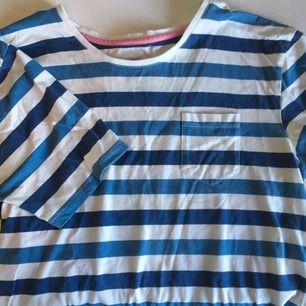 Snygg randig t-shirt från JC. Från herravdelningen men passar för vilket som, skulle gissa på M snarare än S i damstorlek dock. 🌊☁️ Vid frakt betalar köparen frakten (60 kr) 🚨