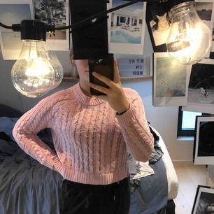 En rosa stickad tröja från hm, storlek xs. Bra skick även fast använd rätt så länge:)