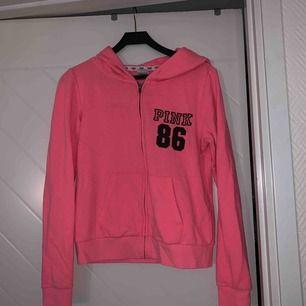 Bjuder på frakt!!  eller möts upp En snygg Hoodie/tröja  ifrån Victoria Secret med kollektionen pink :)