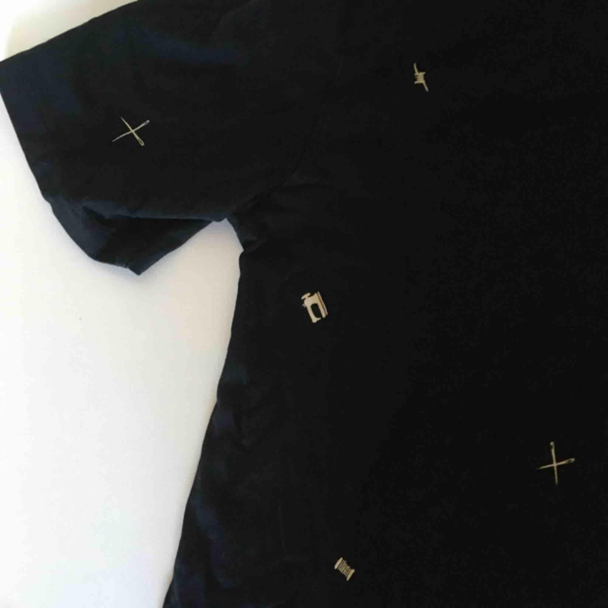 Cool t-shirt från JC med ett mönster med symaskiner, saxar, nålar och tråd på. Från herravdelningen så är lite oversize. ✂️📌 Obs, den slutar precis där 3:e bilden tar slut!     👍  Vid frakt betalar köparen frakt (60 kr) 🚨. T-shirts.