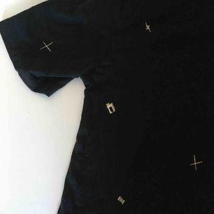 Cool t-shirt från JC med ett mönster med symaskiner, saxar, nålar och tråd på. Från herravdelningen så är lite oversize. ✂️📌 Obs, den slutar precis där 3:e bilden tar slut!     👍  Vid frakt betalar köparen frakt (60 kr) 🚨
