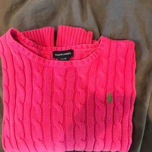 En rosa stickad Ralph Lauren med ett grönt polo märke. Använd fåtal gånger och väldigt bra skick!