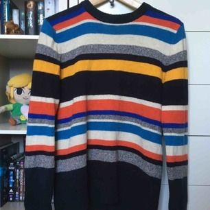 Kul randig stickad tröja med många olika färger. Från H&M och i herrstorlek så lite oversize. 🖤🐝 Vid frakt betalar köparen frakt (60 kr) 🚨