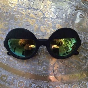 Coola runda solglasögon med spegelglas på halva, knappt använda!🤩