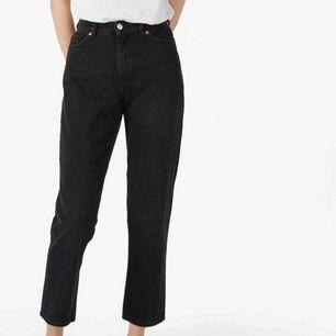 Snygga jeans från monki i modellen taiki. Har dem i både storlek 27 och 28, men säljer dem då dem tyvärr inte passar längre. Bra skick, frakten står ni själva för✨
