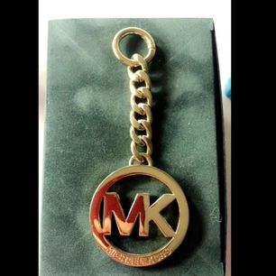 Michael kors extra accessoar till väska, går nog även att ha till nycklar då man öppnar den runda lilla delen.