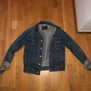 """En jätte fin mörkblå jeans jacka och jätte bra skick, jackan har lite """"missfärgningar"""" att den e lite ljusare på vissa ställen men den är så i modellen"""
