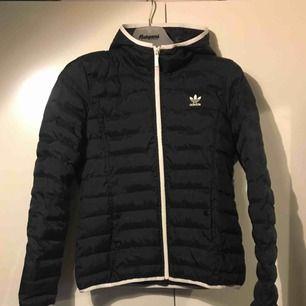 Adidas jacka i storlek M i fint skick.  Köpt för 1100:- Frakt ingår i priset.