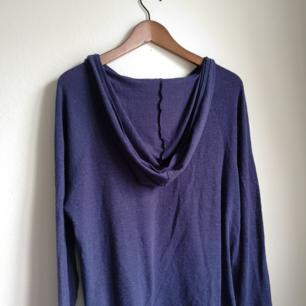 Mörkblå(lite åt lila) supermysig tröja med luva. Kommer aldrig till användning tyvärr. Väldigt stretchig och ganska tunn I tyget
