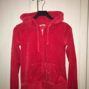 Röd samets tröja från Cubus. Säljes pga att den aldrig kommer till användning. Nypris 249kr, 90kr inklusive frakt.
