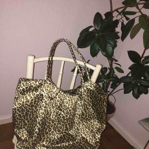 En fin shoppingbag i trendig Leo. Köpt på humana. Ok skick, lite sliten på handtagen!