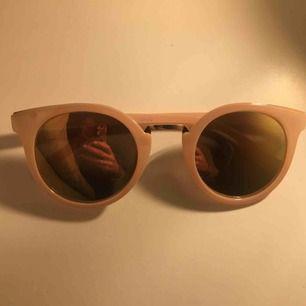 Rosa solglasögon med spegelglas. Aldrig använda. Frakt ingår i priset