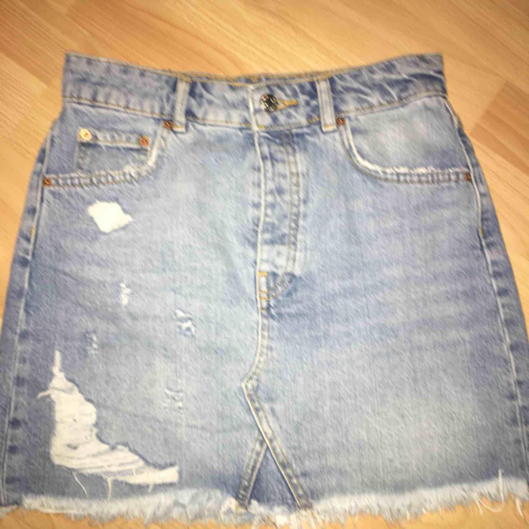e95ad95cbae1 Jeans kjol från GinaTricot, skit snygg till sommaren och våren, endast  använd en gång ...