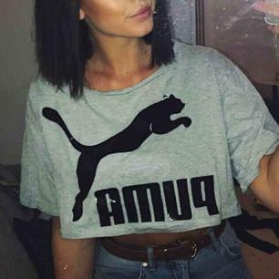 Lös croppad T-shirt från puma. Köpt ny, säljer pga att den aldrig kom till användning. Skriv om ni vill veta något mer!:) Frakt tillkommer eller inte beroende på hur mycket den kostar.