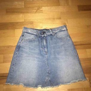 Jättefin jeanskjol från Monki med slitningar, tyvärr kommer den inte till användning hos mig! Använd fåtal gånger.  Köpare står för frakt