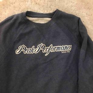 Fin blå Peak Performance tröja i storlek Medium. (Bor i Stockholm, kan mötas upp)
