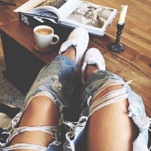 Boyfriend jeans med slitningar, endast provade