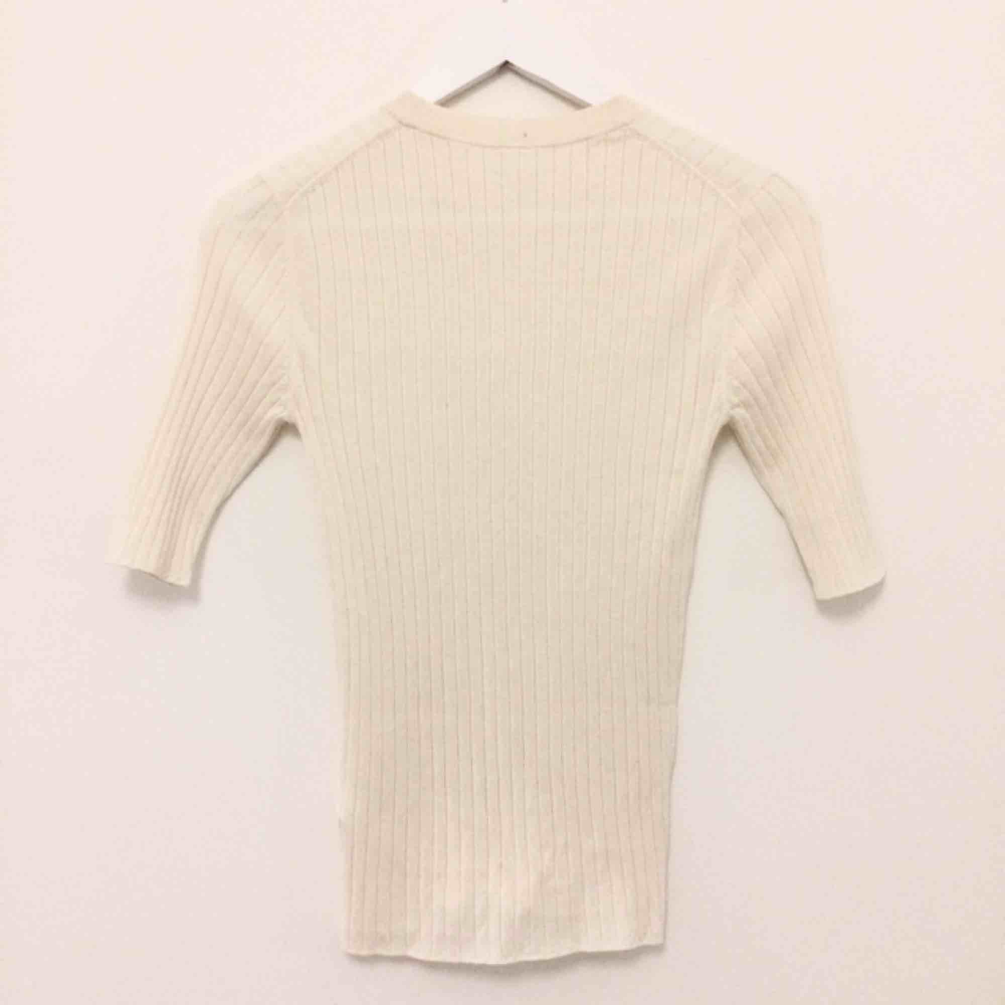 Sparsamt använd cremevit topp från Arket i storlek S. Fin silke- och bomullsblandning. Nypris 690kr 🌼. Toppar.