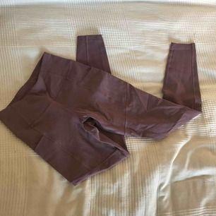 Träningstights från Soc. Har fickor på sidorna, sitter jättesnyggt på och är i nyskick! ✨ Frakt: 55kr.