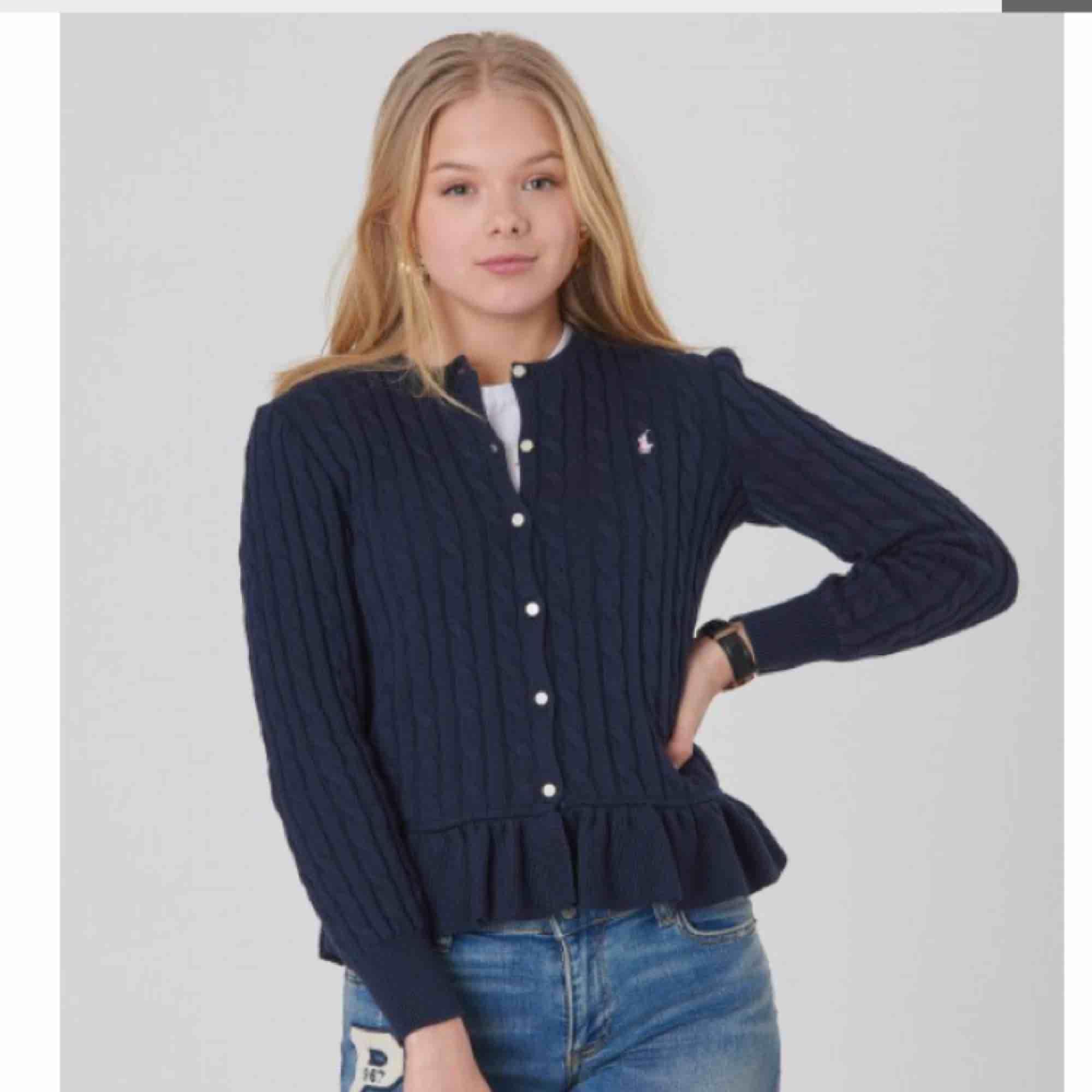 Kabelstickad kofta från ralphlauren. Köpt för 1095kr men säljer för 400kr. Har aldrig använt! Som ny!! Storlek XL i barnstorlek, så passar S och XS. Huvtröjor & Träningströjor.