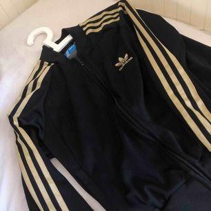 Adidas kofta med fickor utan luva Storlek M men liten i storlek så passar perfekt till 34/36 Kan gå ner i pris vid snabb affär