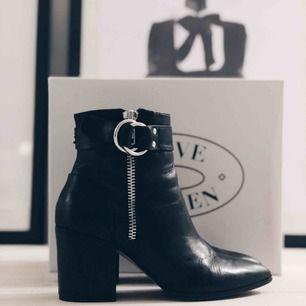 Helt nya Steve Madden-skor. Säljes pga lite för hög klack för mig. Inget att markera på skicket. Jättefina skor! Originalpris 1500kr