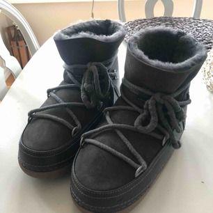 Super snygga INUIKII skor i topp skick! Köpta på NK i höstas men inte använda särskilt mycket. Orginalkartong o kvitto finns. Mörkgrå färg.