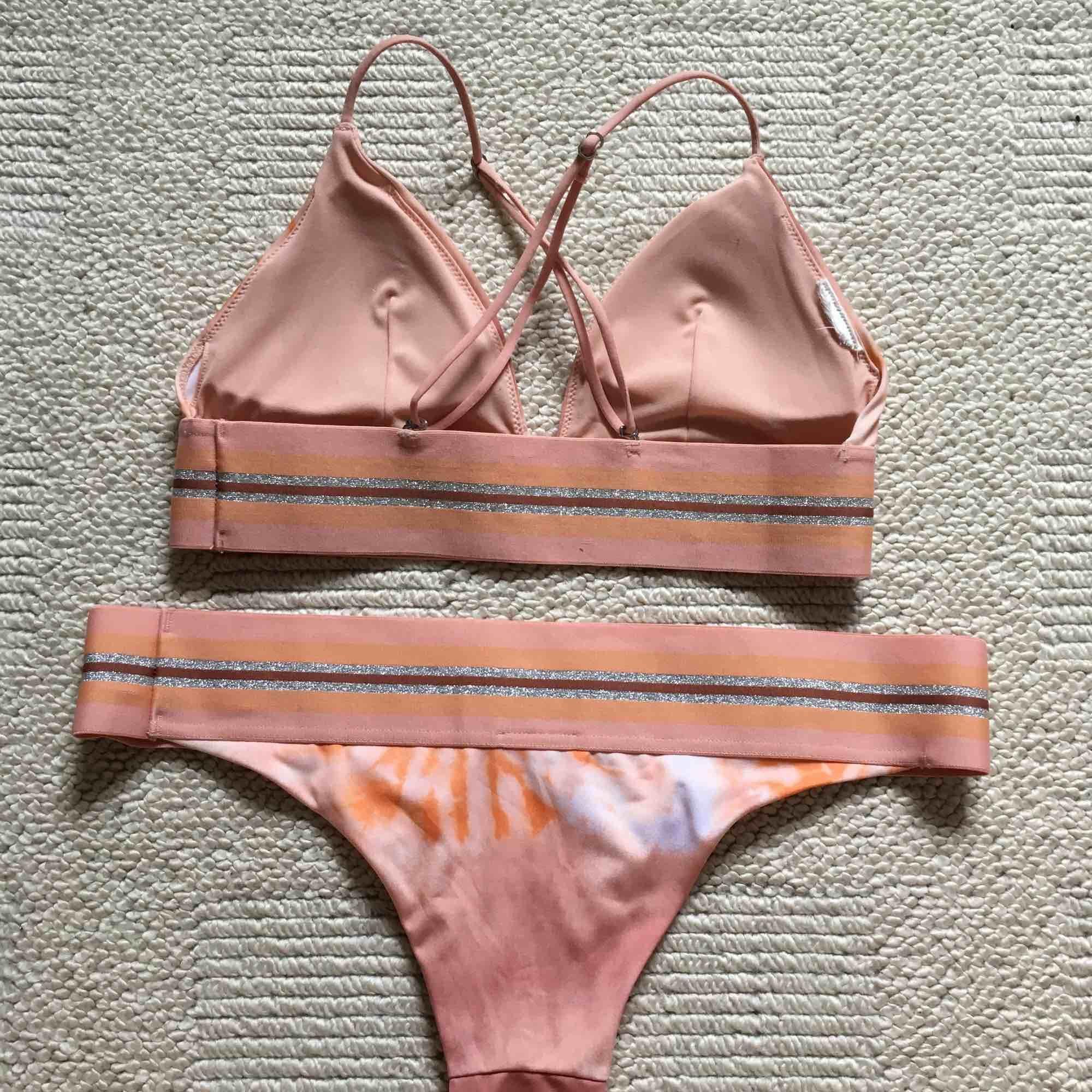 Säljer denna superfina bikini från H&M! Överdelen är använd ca 3 gånger men underdelen helt oanvänd:-) kan mötas i Stockholm och annars står köparen för frakt💕. Övrigt.