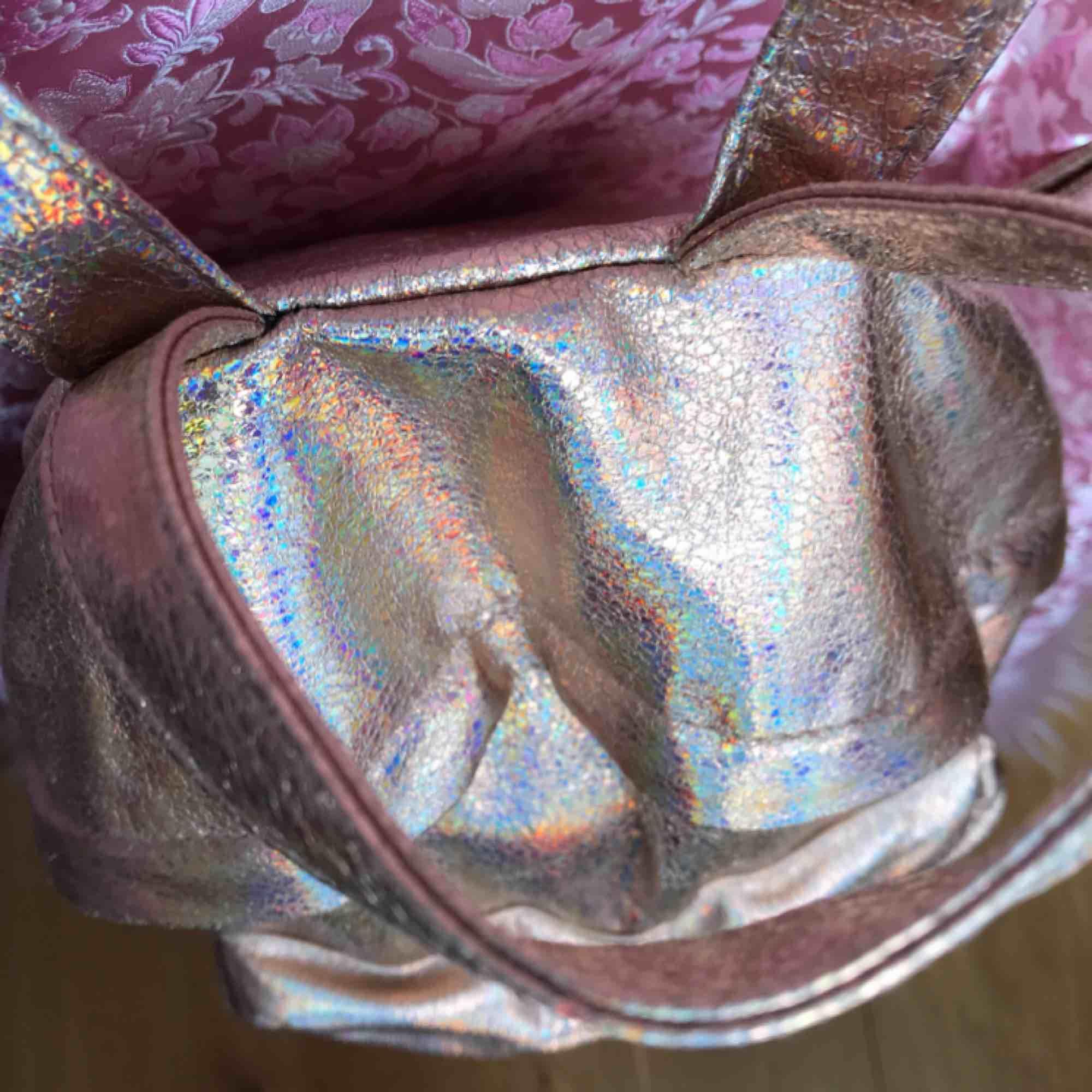 Så fin rosa skimrande hologram väska från ASOS!! Använd ca 2 ggr ✨💗✨  DMa för köp! . Accessoarer.