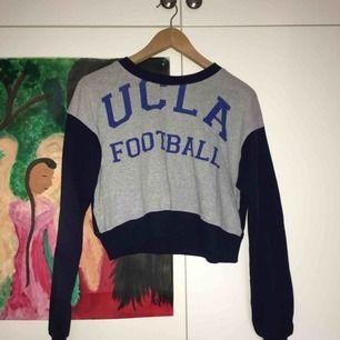 """Säljer denna """"cropped"""" tröja från Beyond retro!🔥 jättefin och endast använd fåtal gånger! Köparen står för frakt: 55 kr💕"""