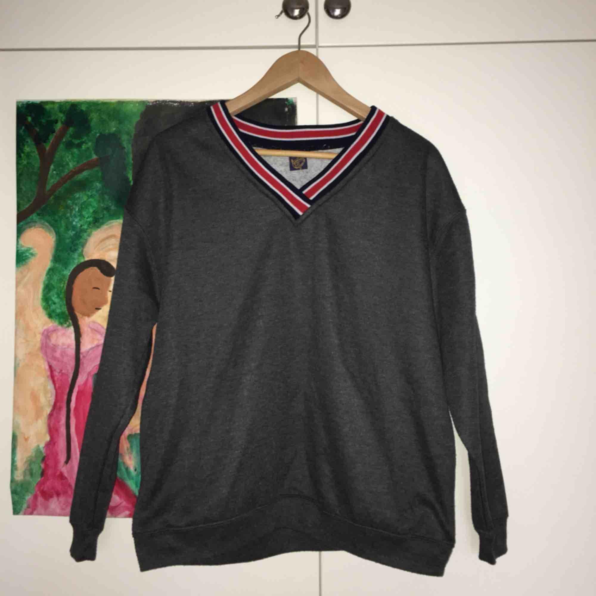 Säljer denna gosiga tröja från Beyond retro! Ett impulsköp och därför helt oanvänd av mig;-(  Superduper mjuk inuti och lite oversized på mig, kööp! Frakt: 55 kr🌹🌹. Huvtröjor & Träningströjor.
