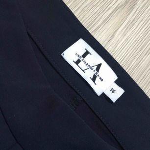 Ett par mörkblå byxor från en nakd kollektion med Linn Ahlborg. Dom är aldrig använda. Köparen står för frakt