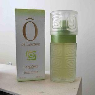 """så gott som ny parfym """"Ô de lancôme"""" från Lancôme paris, aldrig använd. förpackningen är lite smutsig men flaskan och innehållet är felfri. fräch doft av citrus och blommor. köpt för 660kr. tar swish och fraktar eller möts upp i Stockholm."""