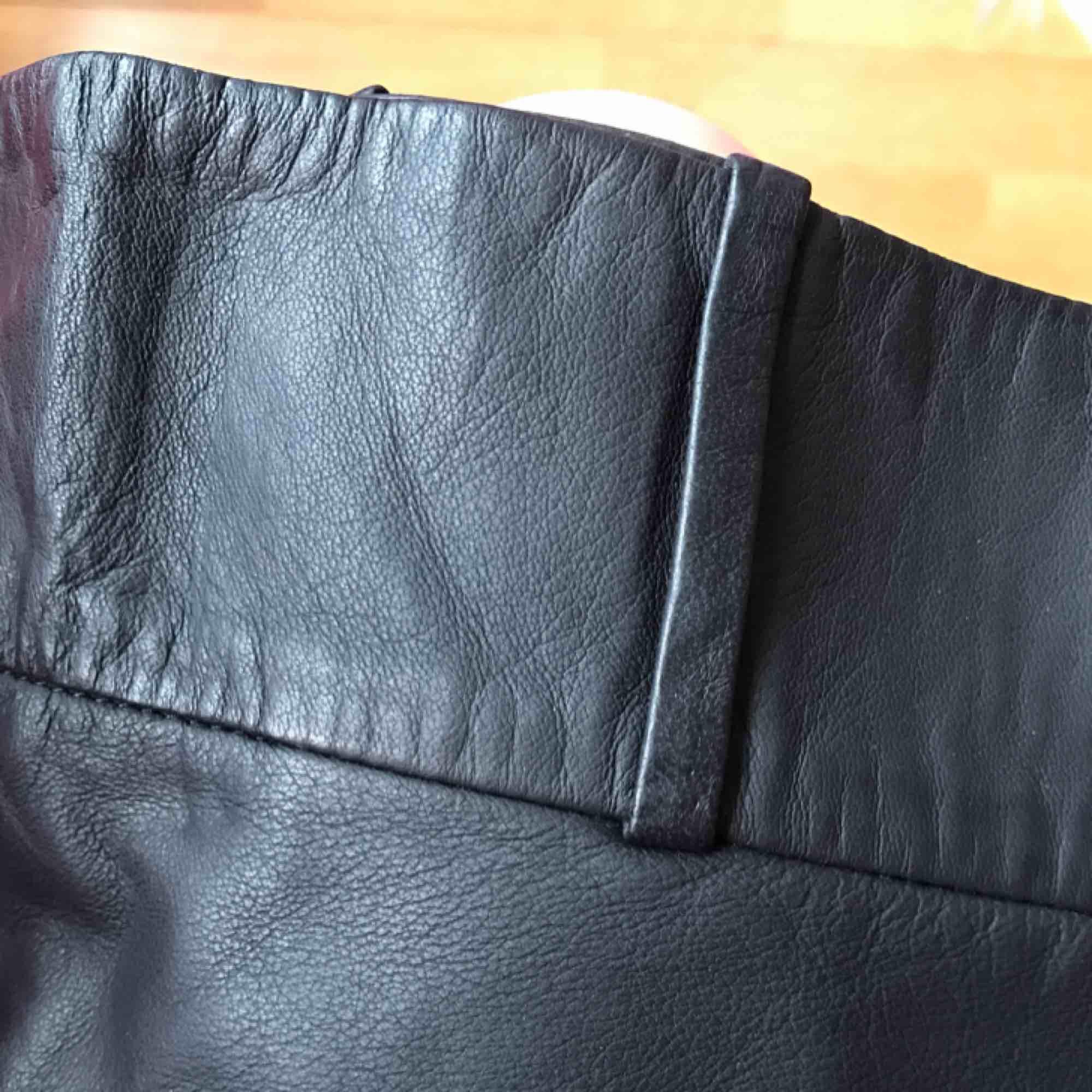Mini minikjol i läder från Acne! Midja 40cm Längd 27cm. Som ny! DMa för köp. Xoxo . Kjolar.