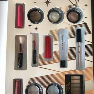 Säljer ena halvan av ett makeup revolution kalender då jag fick en produktions fel där båda sidorna är identiska med varandra säljer för 250 då den kostade 600