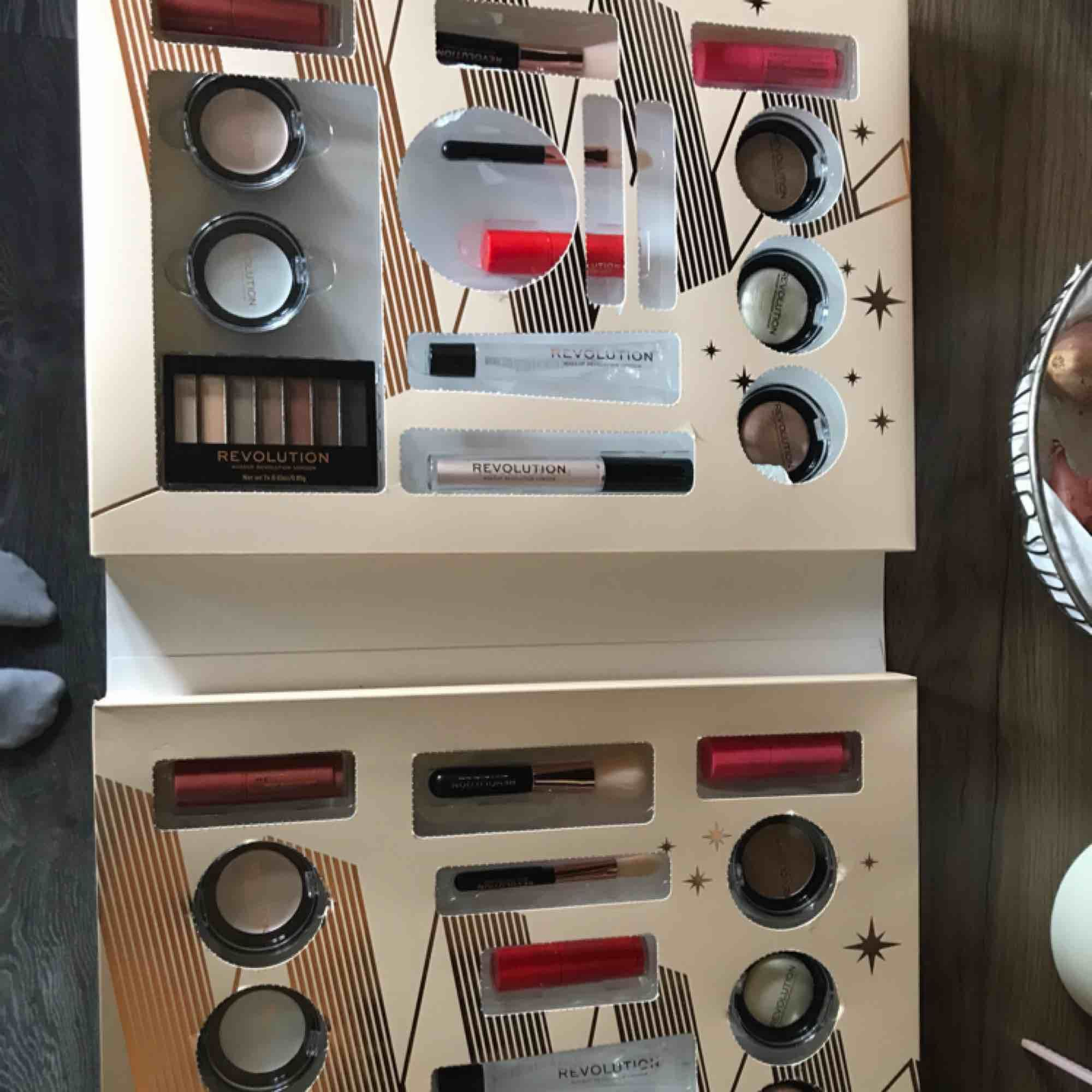 Säljer ena halvan av ett makeup revolution kalender då jag fick en produktions fel där båda sidorna är identiska med varandra säljer för 250 då den kostade 600. Övrigt.