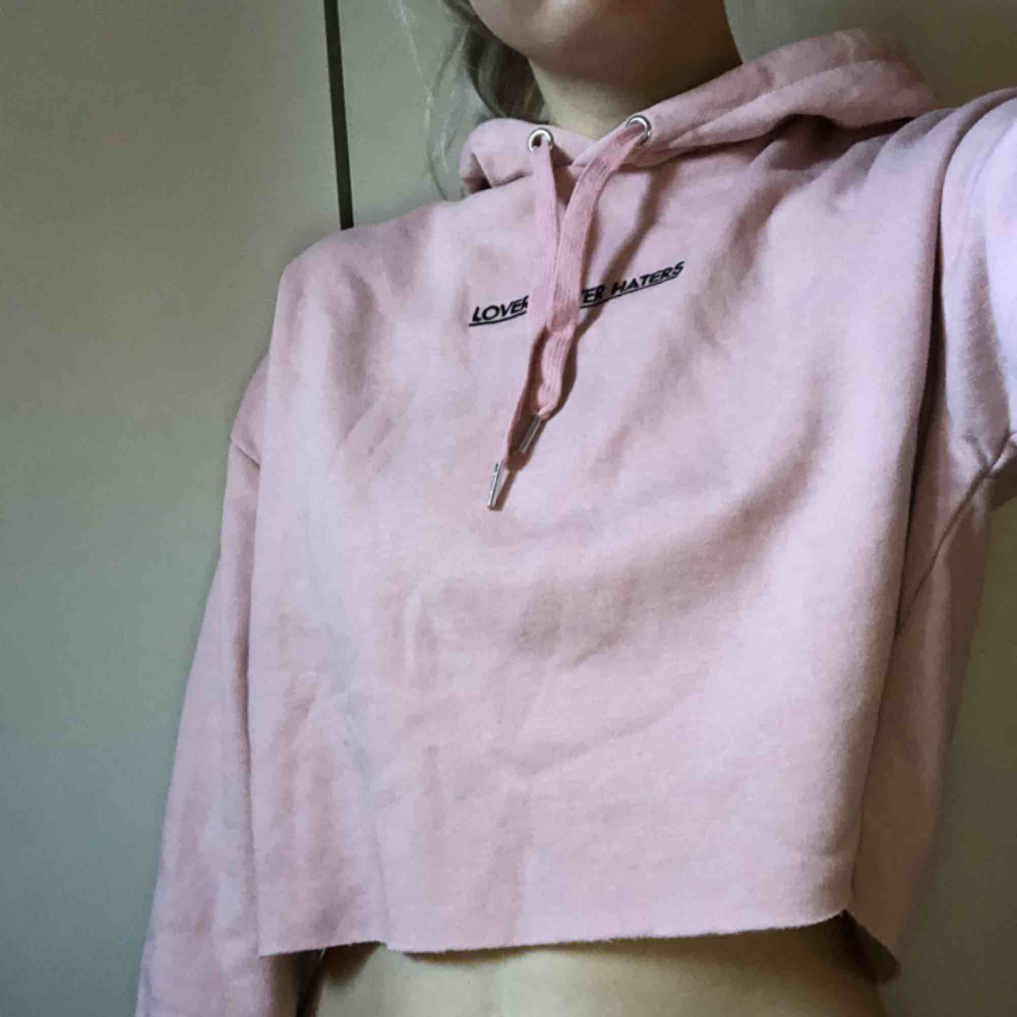 Rosa cropped hoodie, aldrig använd . Huvtröjor & Träningströjor.
