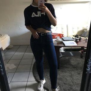 Supersköna, stretchiga marinblå jeans.  Korta i storleken Frakt tillkommer