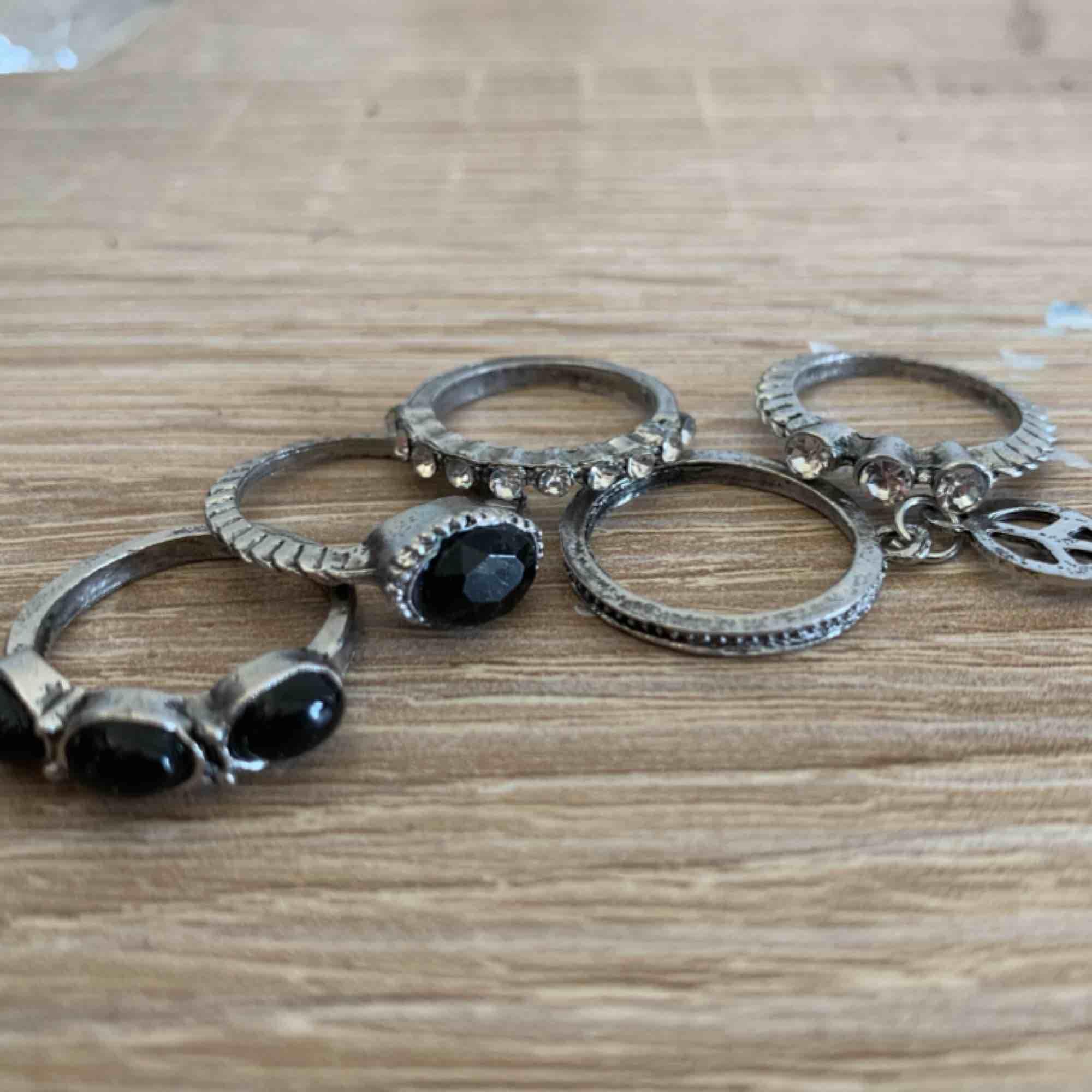 5 snygga ringar som matchar varandra. Lite av en bohemisk style på dem. 90kr för allihop.   Nya och i bra kvalité!!. Accessoarer.