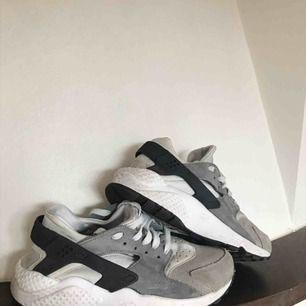 Så snygga Nike Hurache. I fint skick men lite smuts, går att tvätta och få bort för perfekta skor!